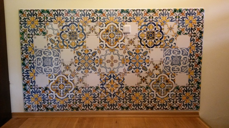Wandteppich mit handbemalten Fliesen