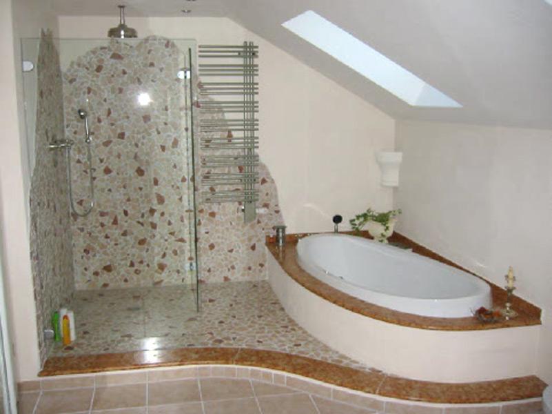 Bad mit Bruchmarmor, Natursteinablagen und Feinsteinzeugboden - Bad und Duschbereich