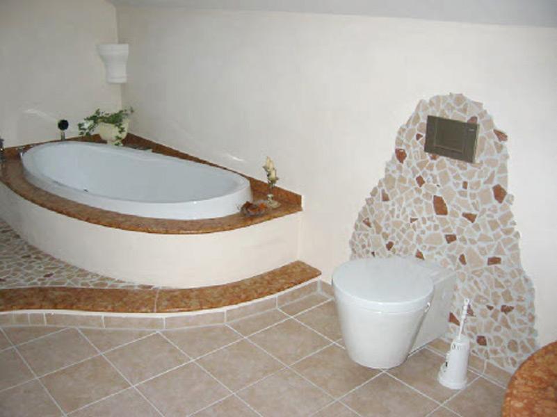 Bad mit Bruchmarmor, Natursteinablagen und Feinsteinzeugboden - Bad und WC Bereich