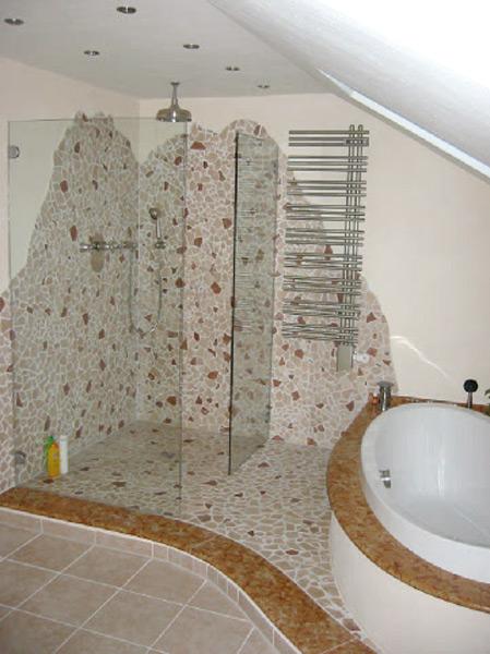 Bad mit Bruchmarmor, Natursteinablagen und Feinsteinzeugboden - Duschbereich