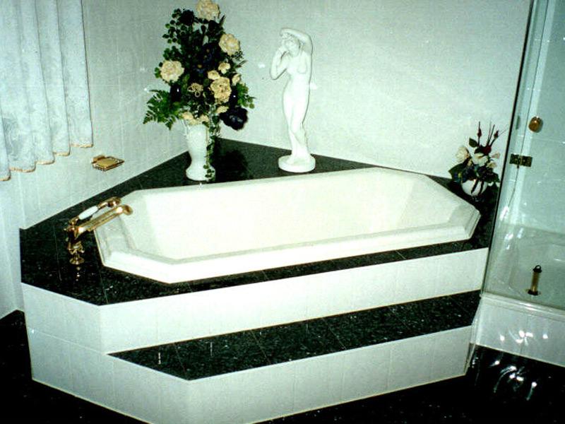 Bad mit Goldarmaturen Wanne über Eck