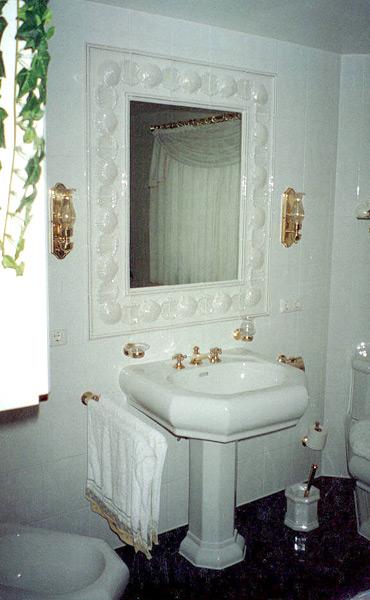 Bad mit Goldarmaturen Waschbereich