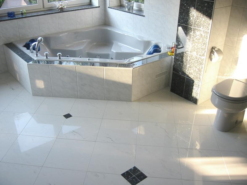 Bad mit Steingutfliesen und Akzenten aus Naturstein Blue Pearl - Eckbad und WC