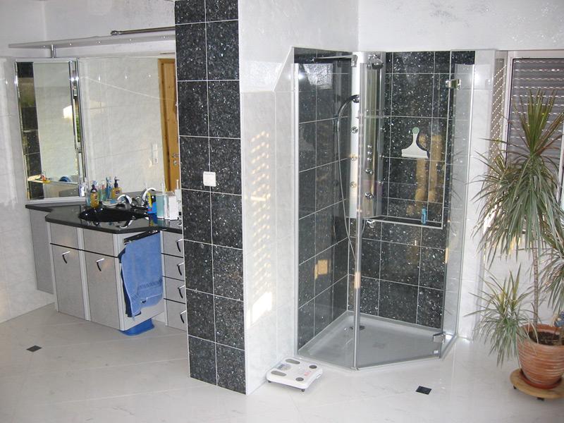 Bad mit Steingutfliesen und Akzenten aus Naturstein Blue Pearl - Waschbereich und Dusche