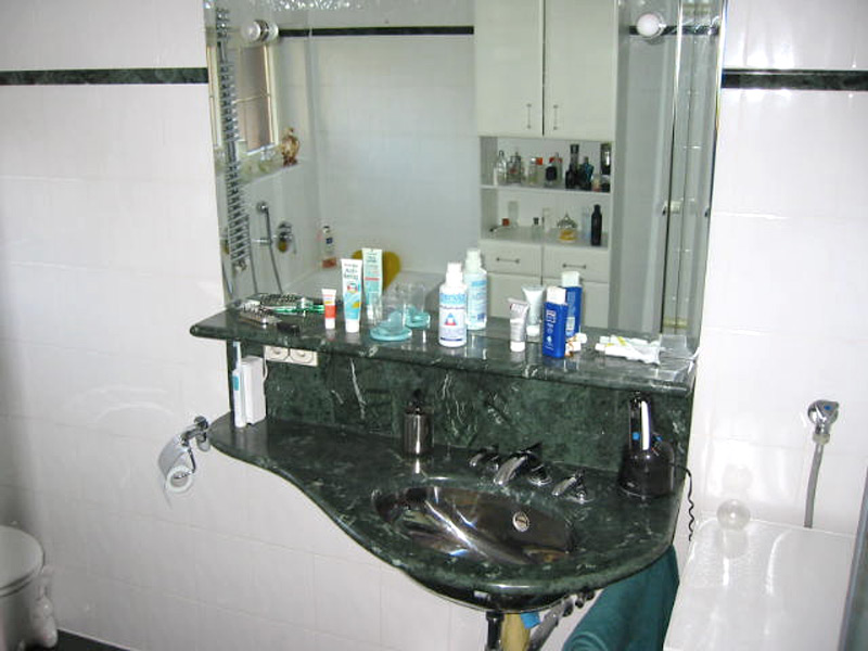 Bad mit Steingutfliesen und Naturstein - Waschtisch