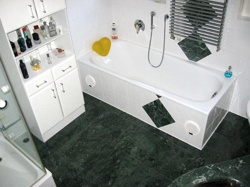 Bad mit Steingutfliesen und Naturstein