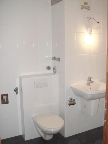 Badumbau nachher Waschbecken und WC