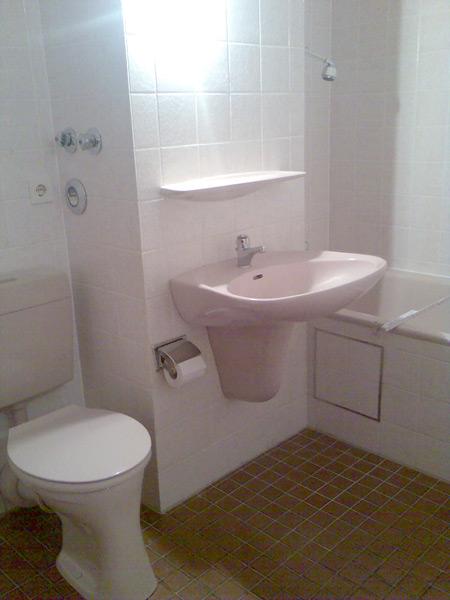 Badumbau vorher Waschbecken und WC
