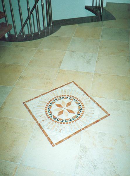 Feinsteinzeugboden mit eingearbeiteter Rosone