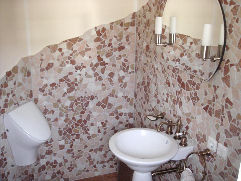 Gäste-WC mit Antikmarmor gemischter Sorten - Detailansicht