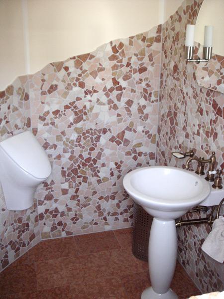 Gäste-WC mit Antikmarmor gemischter Sorten - Gesamtansicht