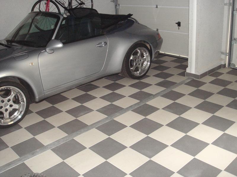 Garagenboden mit Feinsteinzeug im Schachbrett verlegt