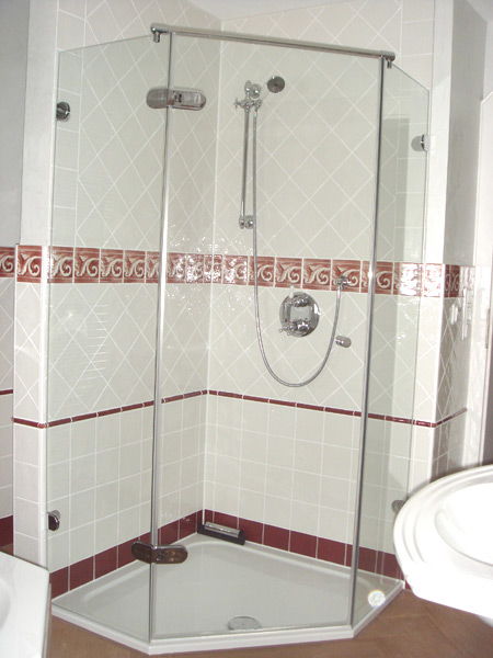 Klassisches Bad Dusche mit diagonaler Wandverlegung