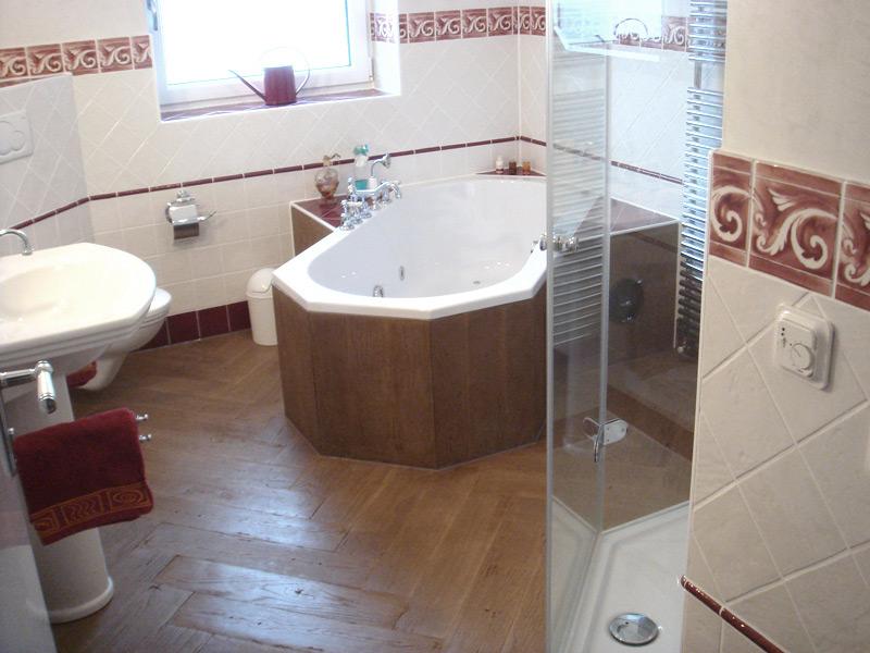 Klassisches Bad Fliesenboden in Holzoptik diagonal im Fischgrätverband verlegt