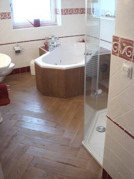 Klassisches Bad Fliesenboden in Holzoptik diagonal im Fischgrätverband