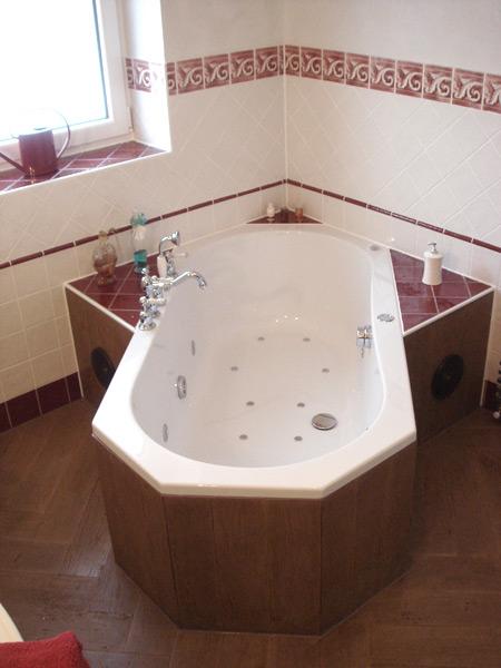 Klassisches Bad Fliesenboden in Holzoptik