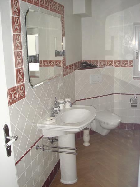 Klassisches Bad Spiegel mit Bordüreneinrahmung
