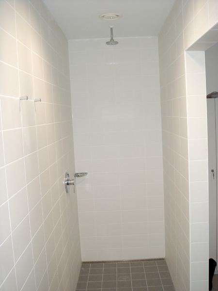 Laserjob Betriebsgebäude WC- und Duschanlagen Duschbereich