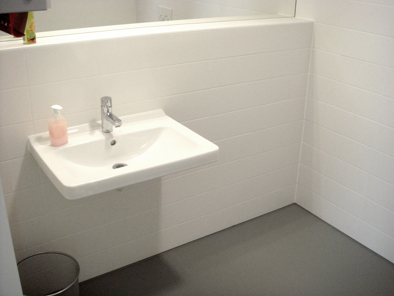 Laserjob Betriebsgebäude WC- und Duschanlagen Waschbeckenbereich