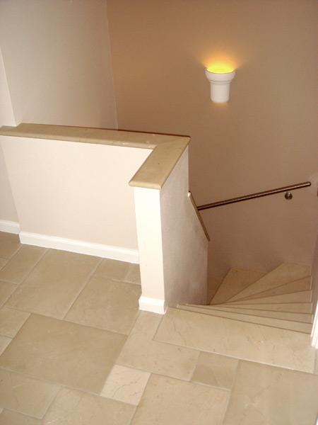 Treppenhaus in Marmor mit Marmorabdeckung und Stucksockel
